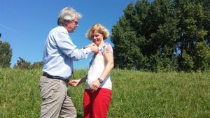Peter Glas spelt de onderscheiding op bij Claudia van Ackooij (bron: HDSR)